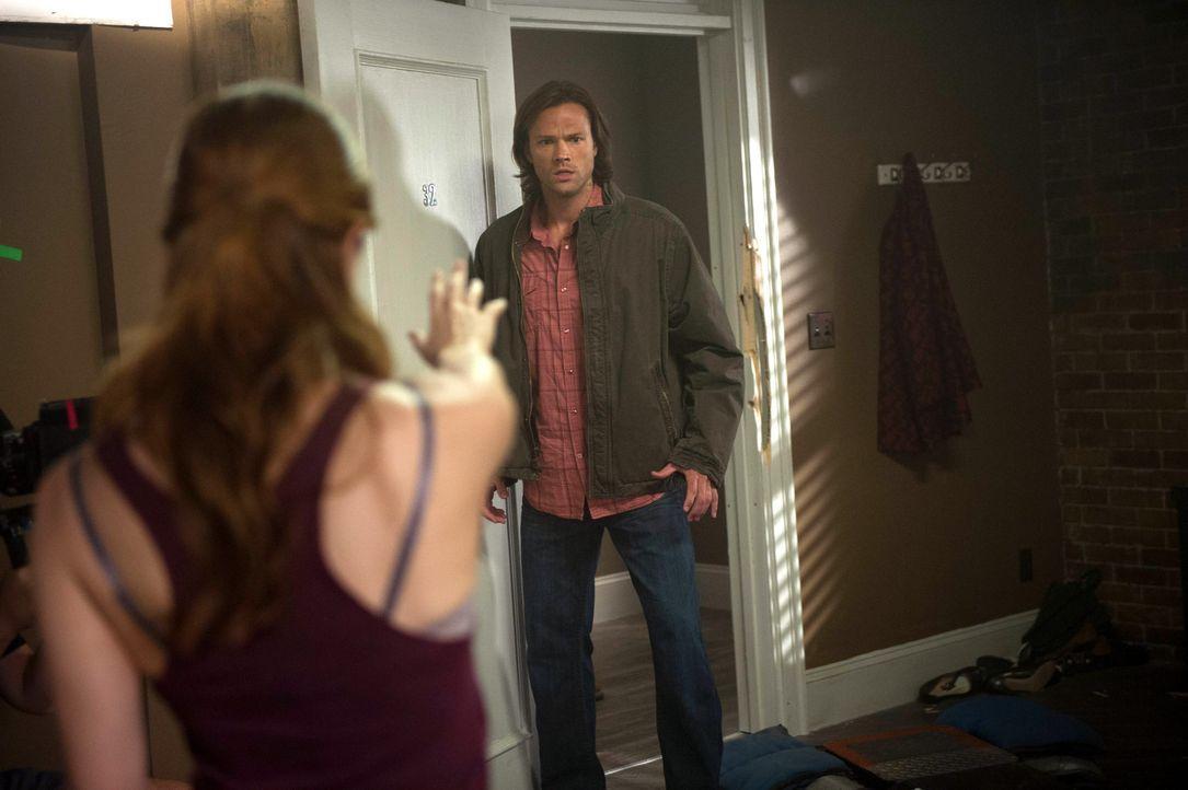 Kommt Sam (Jared Padalecki, r.) noch rechtzeitig, um April (Shannon Lucio, l.) davon abzuhalten, Castiel zu töten? - Bildquelle: 2013 Warner Brothers