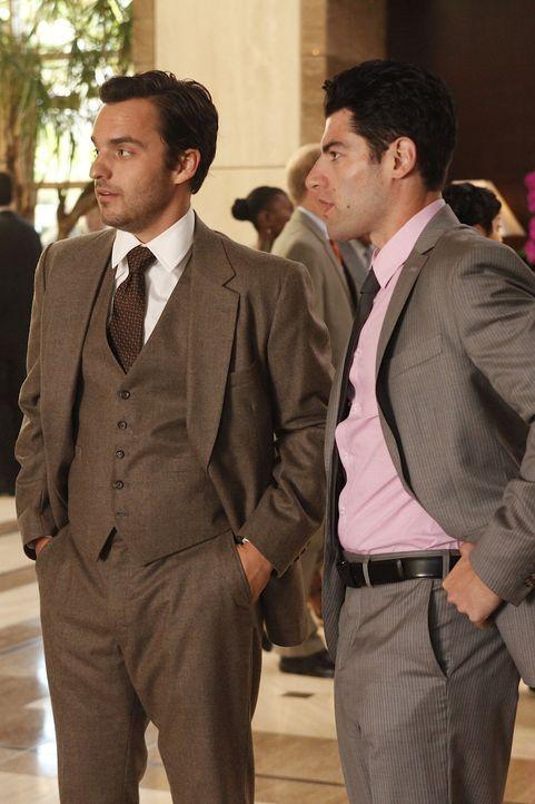 Während Nick (Jake M. Johnson, l.) Angst hat, auf seine Ex-Freundin zu treffen, erspäht Schmidt (Max Greenfield, r.) auf der Hochzeit eine wunders... - Bildquelle: 20th Century Fox