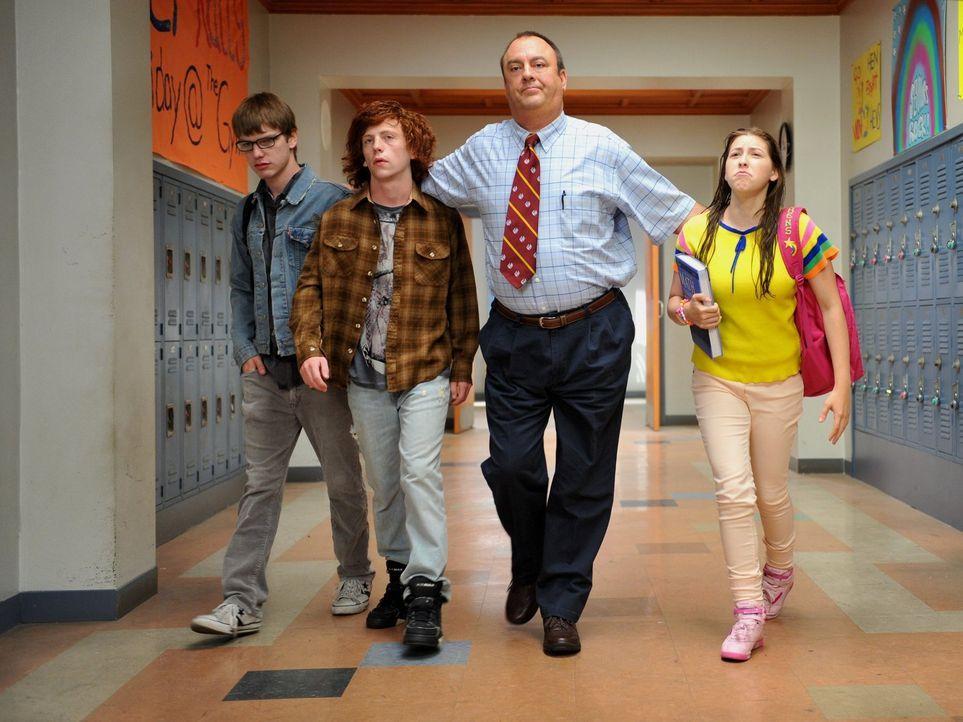 Weil Sue (Eden Sher, r.) Axl in der Schule gehörig auf die Nerven geht, spielt er ihr einen bösen Streich und sorgt dafür, dass sie zu jeder Unterri... - Bildquelle: Warner Brothers