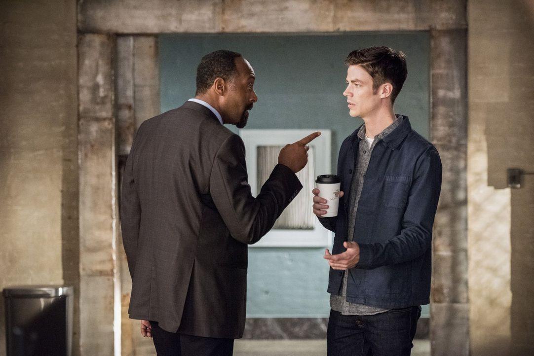 Als nicht einmal Joe (Jesse L. Martin, l.), dem durch die ganzen Veränderungen verwirrten, Barry (Grant Gustin, r.) weiterhelfen kann, sucht dieser... - Bildquelle: 2016 Warner Bros.