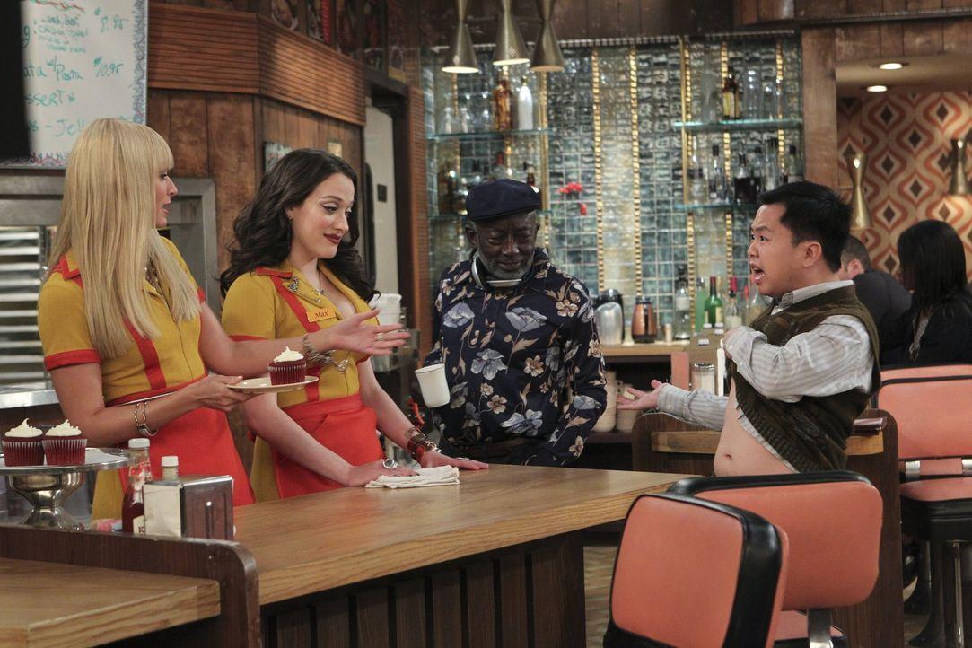 Während Han (Matthew Moy, r.) an seiner Diät festhält, versuchen Caroline (Beth Behrs, l.) und Max (Kat Dennings, 2.v.l.) den neuen Cronut-Hipe zu v... - Bildquelle: Warner Brothers