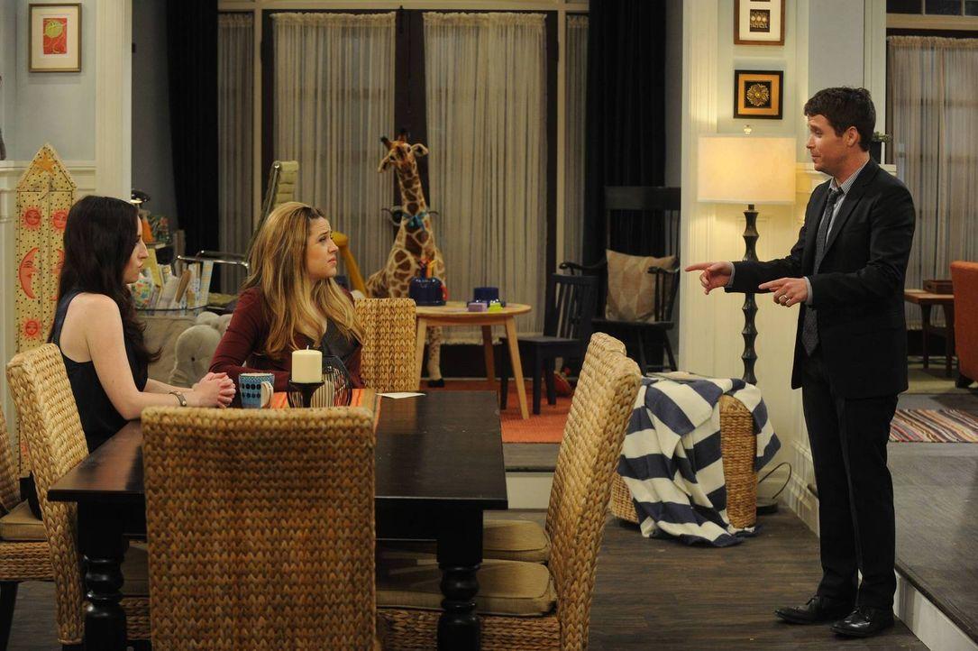 Als Bobby (Kevin Connolly, r.) Teile der vermissten Rechnung im Müll entdeckt, ahnt Kate (Zoe Lister Jones, l.), dass das für Andi (Majandra Delfino... - Bildquelle: 2013 CBS Broadcasting, Inc. All Rights Reserved.