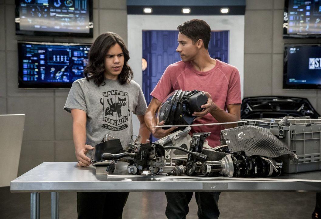 Versuchen herauszufinden, wie sie ein besonderes Metawesen ausschalten können: Cisco (Carlos Valdes, l.) und Wally (Keiynan Lonsdale, r.) ... - Bildquelle: 2017 Warner Bros.