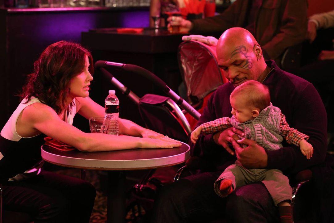 Da Robin (Cobie Smulders, l.) Angst hat, Marvin auf den Arm zu nehmen, als sie mit ihm alleine ist, sucht sie sich bei Mike Tyson (Mike Tyson, r.) H... - Bildquelle: 2013 Twentieth Century Fox Film Corporation. All rights reserved.