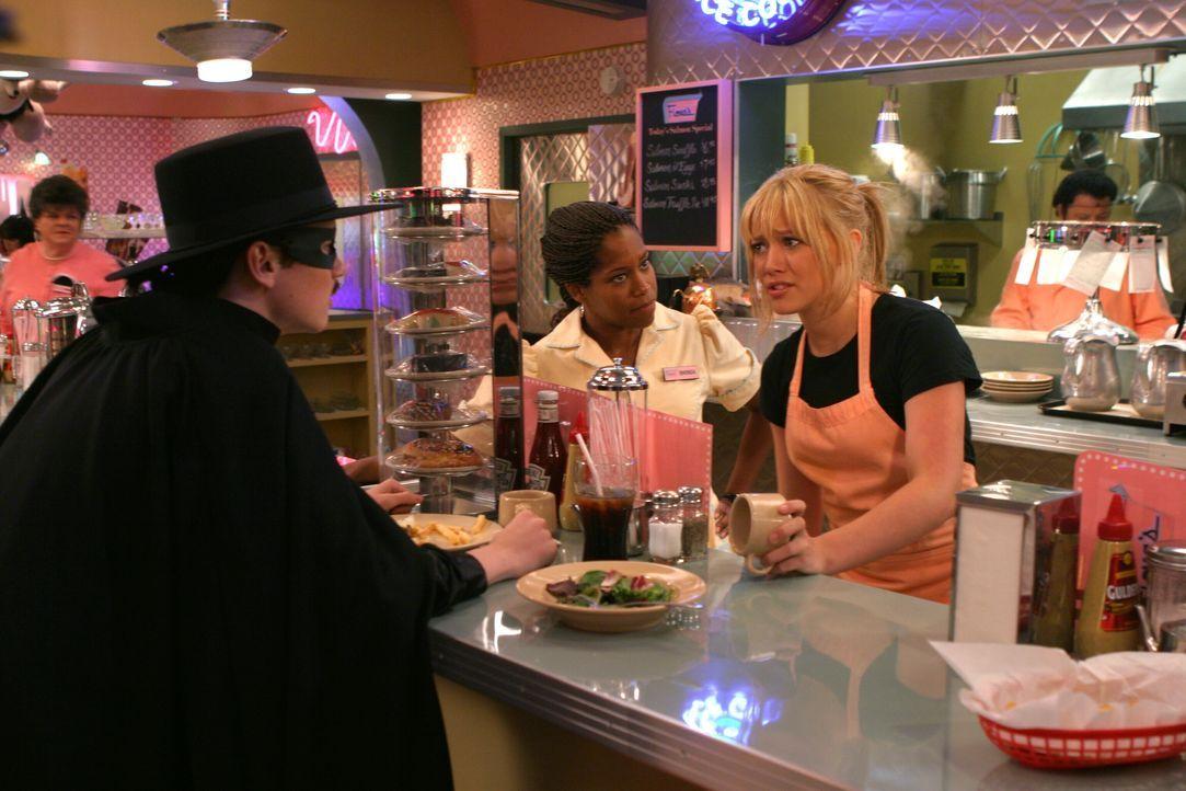 Carter (Dan Byrd, l.) kommt ins Restaurant, um Sam (Hilary Duff, r.) für den Halloween-Ball abzuholen, doch die ist von ihrer Stiefmutter zum Arbeit... - Bildquelle: Warner Bros.