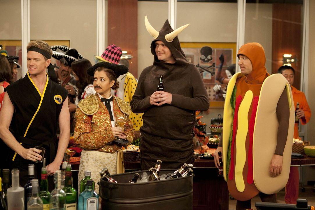 Es ist Halloween: Ted (Josh Radnor, r.), Marshall (Jason Segel, 2.v.r.), Barney (Neil Patrick Harris, l.) und Lily (Alyson Hannigan, 2.v.l.) feiern... - Bildquelle: 20th Century Fox International Television