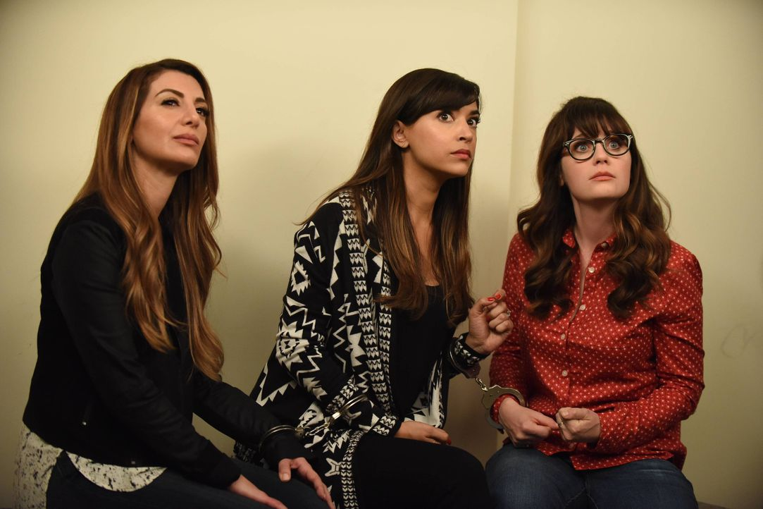 Als Cece (Hannah Simone, M.) und Jess (Zooey Deschanel, r.) versuchen, einen kleinen Wutausbruch auf Cannabis-Basis zu vertuschen, treffen sie ausge... - Bildquelle: 2016 Fox and its related entities.  All rights reserved.