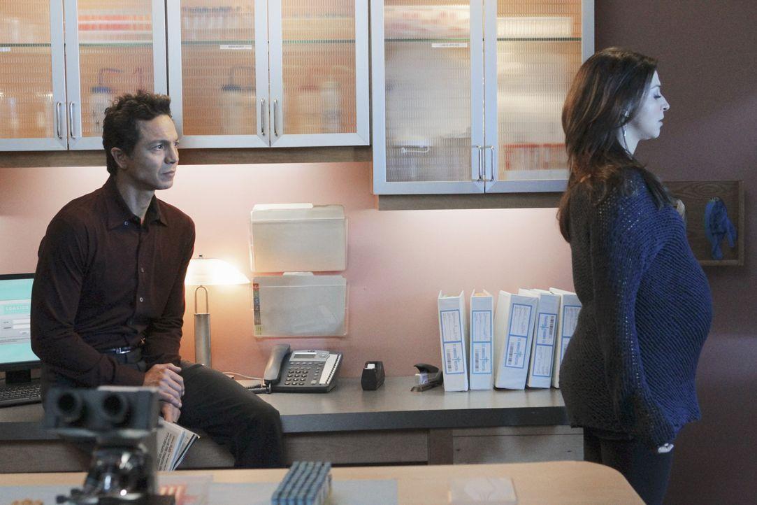 Als Jake (Benjamin Bratt, l.) vermutet, dass Amelia (Caterina Scorsone, r.) wieder rückfällig werden könnte, bietet er ihr seine Unterstützung a... - Bildquelle: ABC Studios