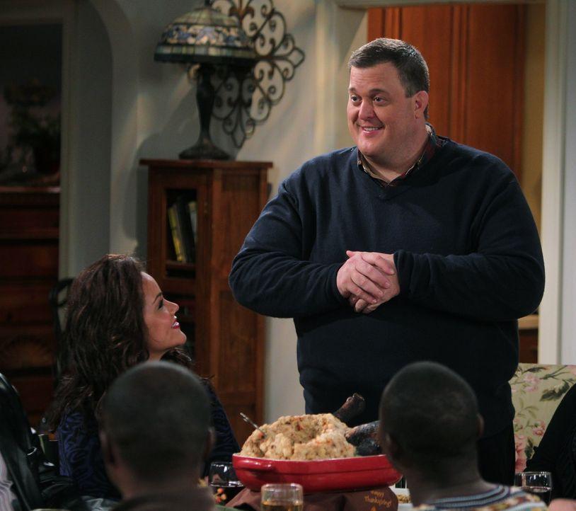 Freut sich über das erste gemeinsame Thanksginings-Fest der Familien: Mike (Billy Gardell) ... - Bildquelle: Warner Brothers