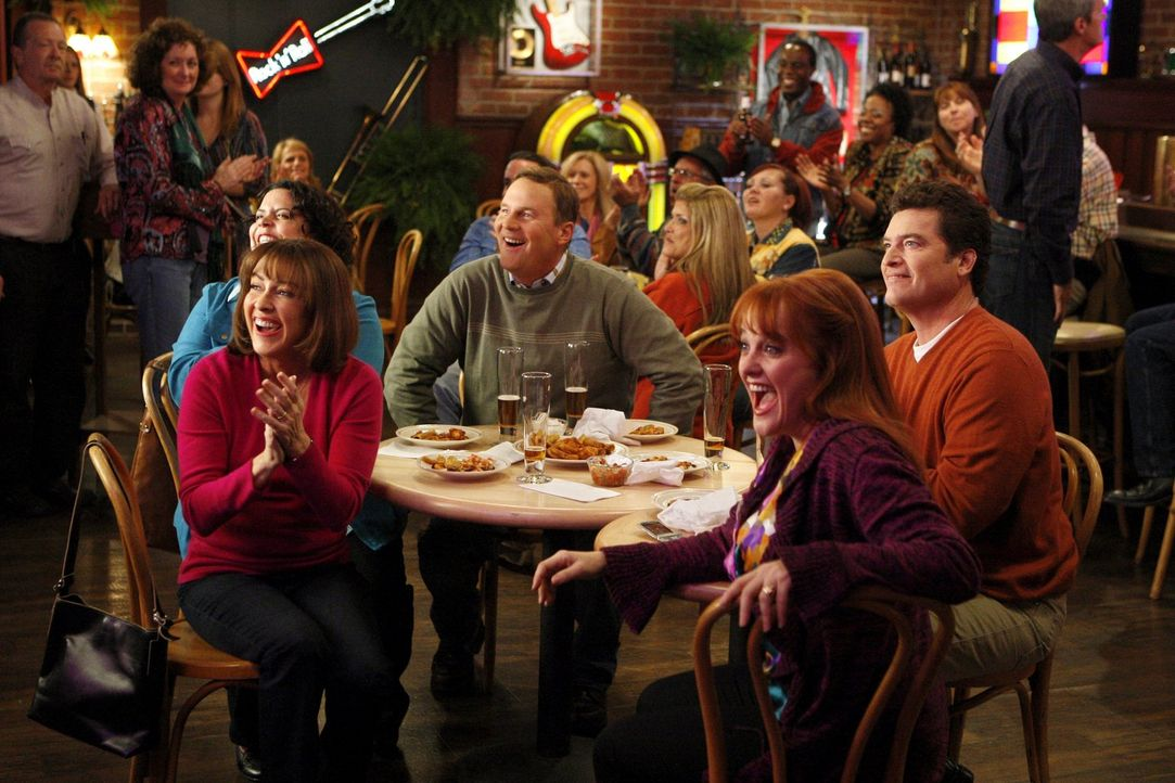 Verbringen einmal einen Abend ohne ihre Kinder: Frankie (Patricia Heaton, vorne l.), Nancy (Jen Ray, M. l.), Ron (Sean O'Bryan, hinten l.), Bill (Pa... - Bildquelle: Warner Brothers