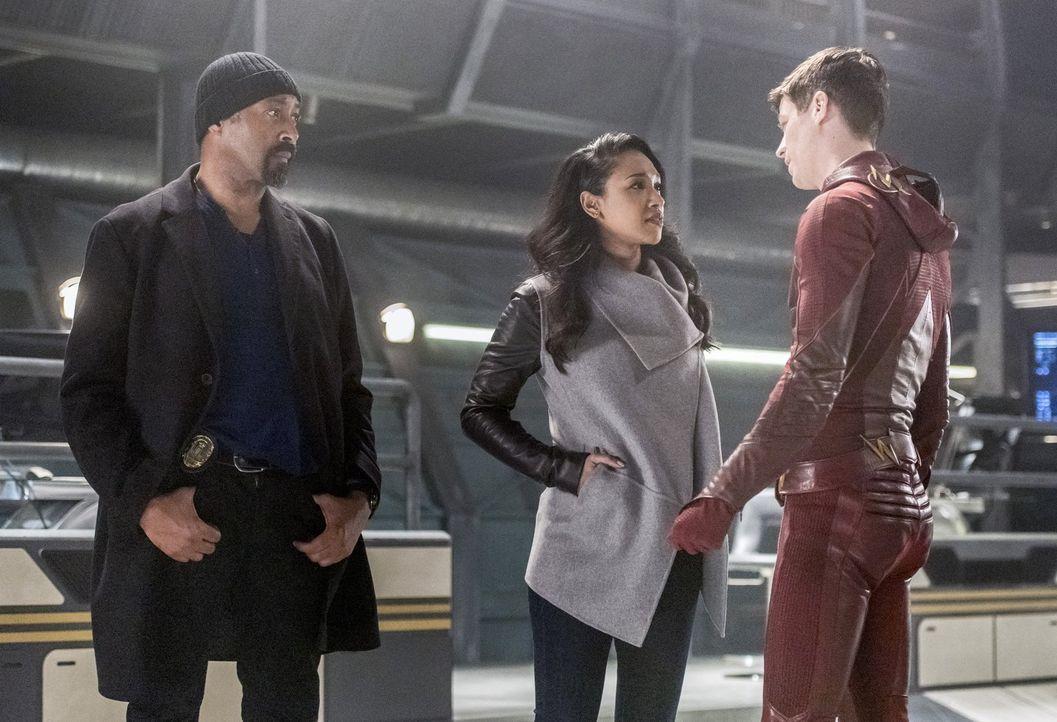 Die Zeit läuft ihnen davon, doch Joe (Jesse L. Martin, l.) und Barry alias The Flash (Grant Gustin, r.) kämpfen bis zum Schluss für Iris' (Candice P... - Bildquelle: 2016 Warner Bros.