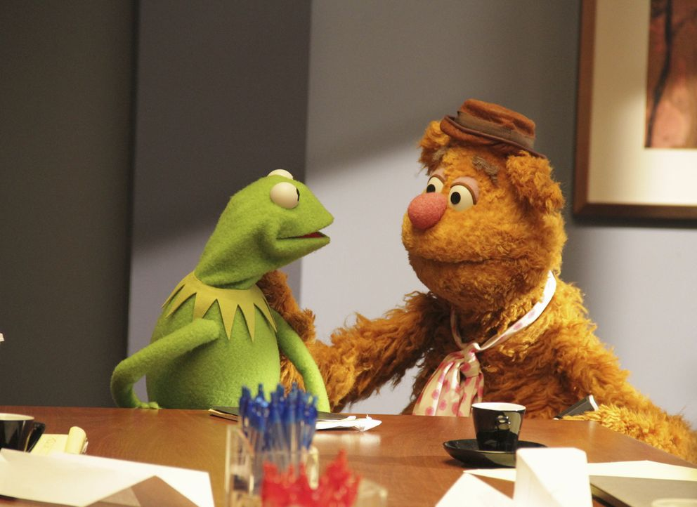 Die Vorbereitungen für die nächste Sendung laufen auf Hochtouren: Kermit (l.) und Fozzie Bär (r.) ... - Bildquelle: Andrea McCallin ABC Studios