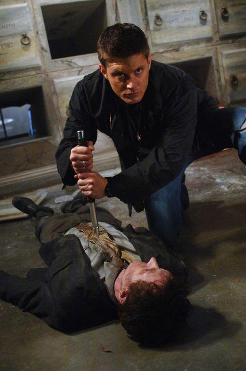 Zwei Menschen sterben kurz vor Halloween in einem kleinen Dorf unter mysteriösen Umständen. Dean (Jensen Ackles, r.) und Sam gehen dem nach ... - Bildquelle: Warner Bros. Television