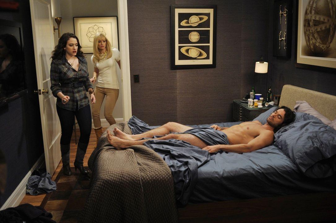 Max (Kat Dennings, l.) und Caroline (Beth Behrs, M.) werden zu ihrem ersten Putzhilfe-Job in die Wohnung eines männlichen Models gebeten: Als die z... - Bildquelle: Warner Brothers