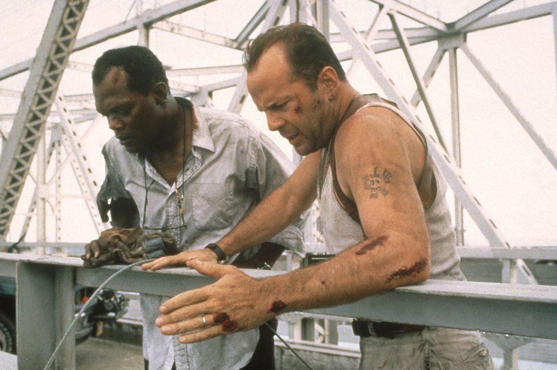 """Zusammen mit Zeus Carver (Samuel L. Jackson, l.), der McClane (Bruce Willis, r.) bei seinem ersten """"Spiel"""" das Leben rettete, jagt er fortan durch d... - Bildquelle: 20th Century Fox"""