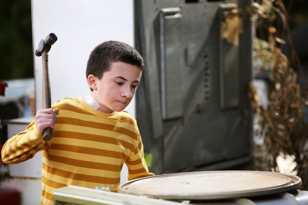 Nachdem Brick (Atticus Shaffer) ein vierblättriges Kleeblatt gefunden hat, wird er auf einmal vom Pech verfolgt. Unterdessen freut sich Sue riesig a... - Bildquelle: Warner Brothers