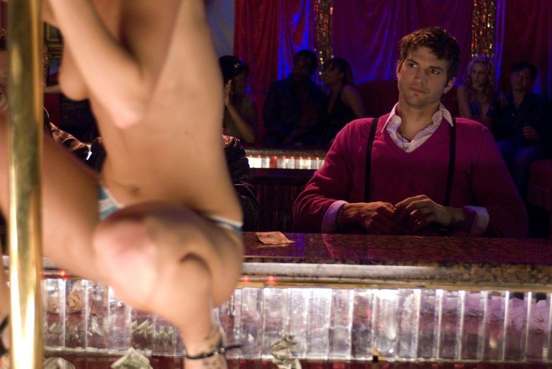 Führt ein ganz besonderes Leben: Nikki (Ashton Kutcher) ... - Bildquelle: 2008 by EASY A Inc. All Rights Reserved
