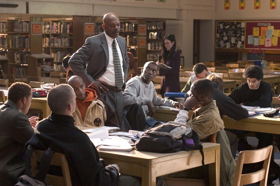 Nach Ansicht des idealistischen Lehrers und Basketballcoachs Carter (Samuel L. Jackson, M.) schaffen einfach zu wenige Schüler den Schulabschluss.... - Bildquelle: CBS International Television