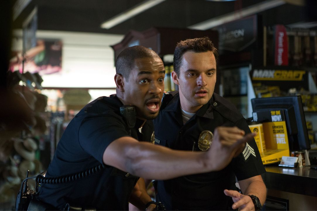 Ahnen nicht, dass sie ins Visier echter Gangster geraten sind: die beiden falschen Cops Ryan (Jake Johnson, r.) und Justin (Damon Wayans Jr., l.) ... - Bildquelle: Frank Masi 2014 Twentieth Century Fox Film Corporation.  All rights reserved.