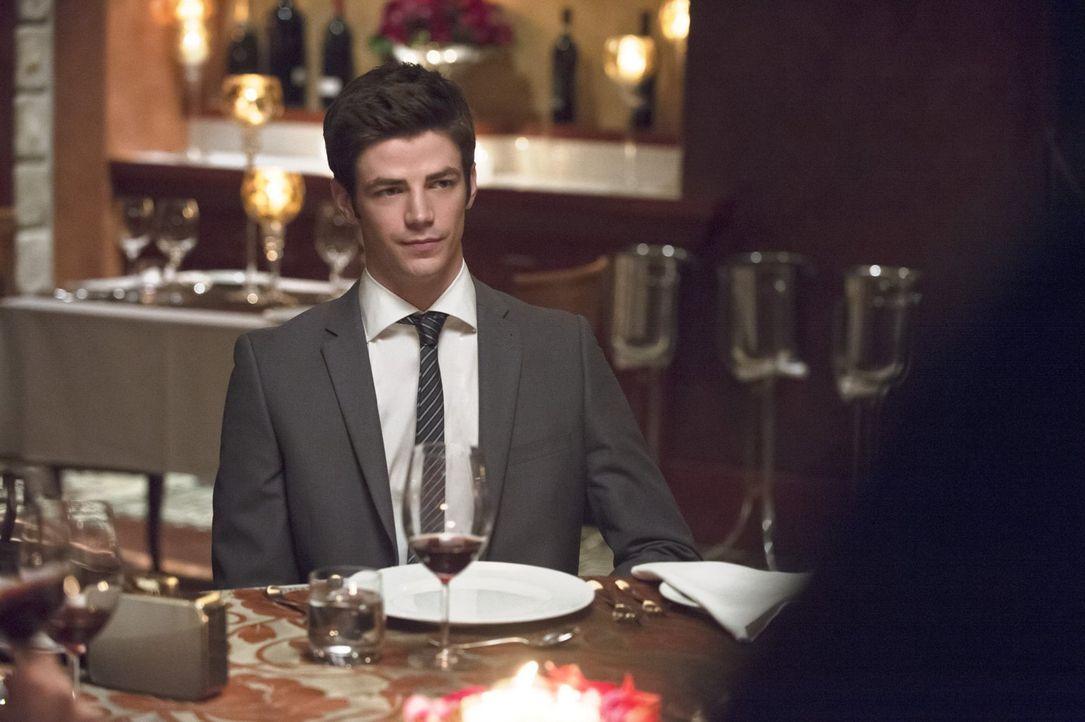 Bei einem Abendessen mit zwei Pärchen fühlt sich Barry (Grant Gustin) alles andere als wohl ... - Bildquelle: Warner Brothers.