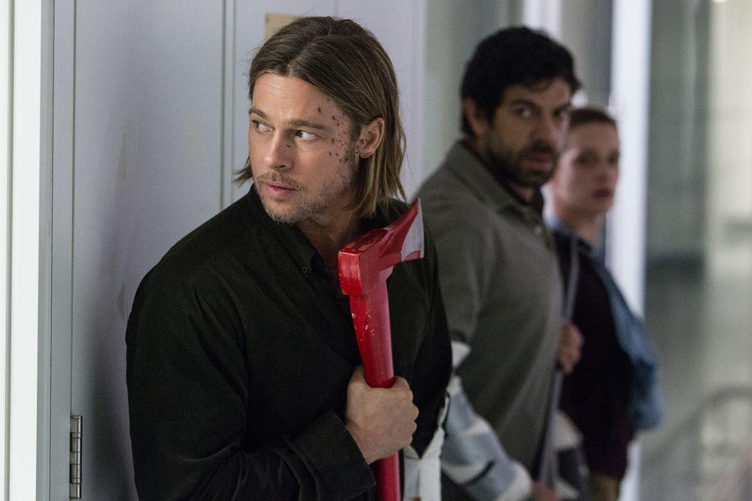 In einem Labor kann Gerry (Brad Pitt, l.) seine Theorie mit der Unterstützung eines Wissenschaftlers (Pierfrancesco Favino, l.) und der Soldatin Seg... - Bildquelle: 2013 Paramount Pictures.  All Rights Reserved.