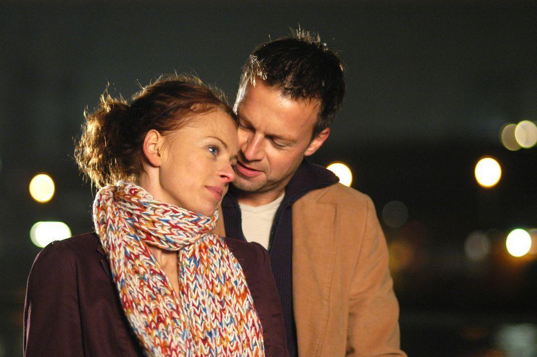 Wagen den Sprung ins kalte Wasser: Katrin (Isabell Gerschke, l.) und Markus (Michael Härle, r.) ... - Bildquelle: ProSieben