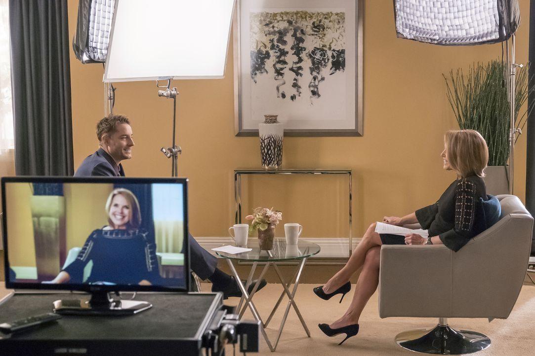 Ein ganz besonderes Interview: Kevin (Justin Hartley, l.) und Katie Couric (Katie Couric, r.) ... - Bildquelle: Ron Batzdorff 2016-2017 Twentieth Century Fox Film Corporation.  All rights reserved.   2017 NBCUniversal Media, LLC.  All rights reserved.