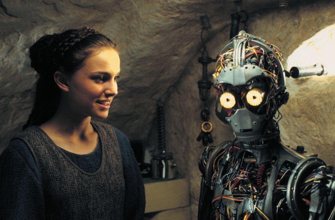 Da ihr Raumschiff bei der Flucht beschädigt wurde, müssen Naboo-Königin Amidala (Natalie Portman, l.) und ihre mutigen Jedis auf Tatooine notland... - Bildquelle: 1999 Lucasfilm Ltd. & TM All rights reserved Used with permission
