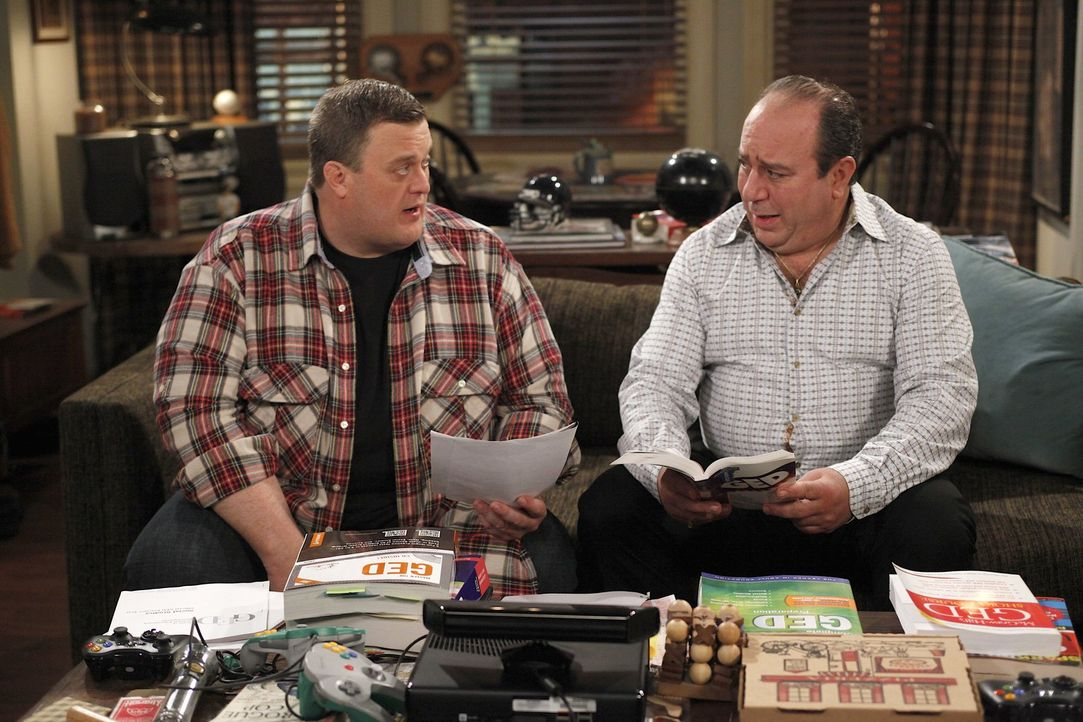 Männergespräche: Vince (Louis Mustillo, r.) und Mike (Billy Gardell, l.) ... - Bildquelle: 2010 CBS Broadcasting Inc. All Rights Reserved.