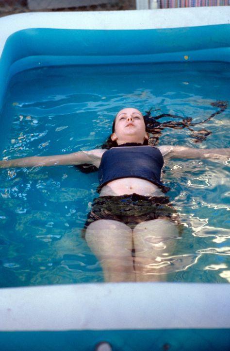 Begeht mehrere Selbstmordversuche: die 15-jährige Rena Grubb (Jena Malone) ... - Bildquelle: Tomorrow Film