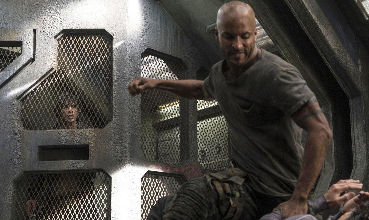 Erkennt Bellamy (Bob Morley, l.), was Lincoln (Ricky Whittle, r.) wirklich dazu bringt, gewalttätig zu werden? - Bildquelle: 2014 Warner Brothers