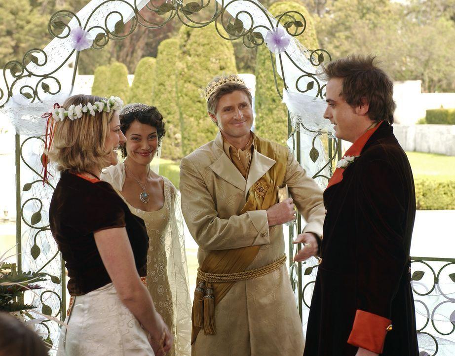Für Ileana (Leslie Seiler, l.) und Karsh (Pat Kelly, r.) beginnt nun das größte Abenteuer ihres Lebens: Unter den wohlwollenden Blicken von Emily... - Bildquelle: Disney - ABC - ESPN Television