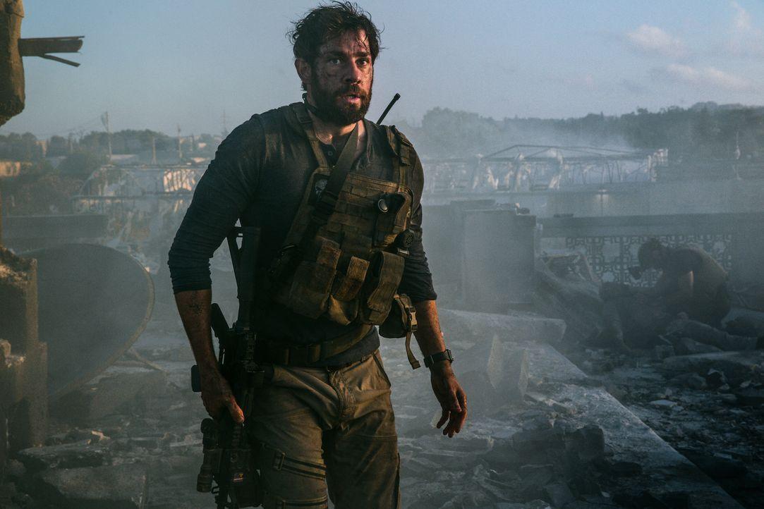 13 Stunden sind der Soldat Jack (John Krasinski) und seine Kameraden auf sich alleine gestellt, als bewaffnete Islamisten einen US-Stützpunkt in Lib... - Bildquelle: 2016 Paramount Pictures. All Rights Reserved.