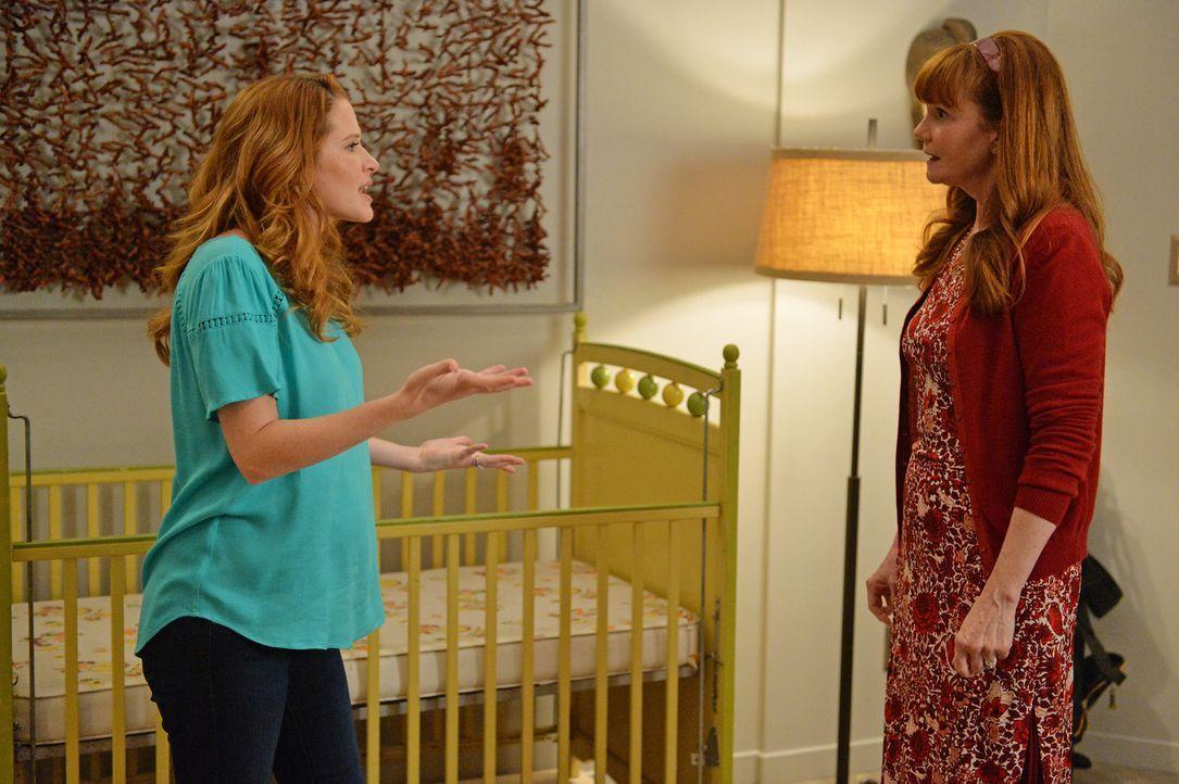 Die überschwängliche Euphorie ihrer Mutter (Connie Ray, r.) treibt April (Sarah Drew, l.) in den Wahnsinn. Länger kann sie ihre Wut nicht zurückhalt... - Bildquelle: ABC Studios