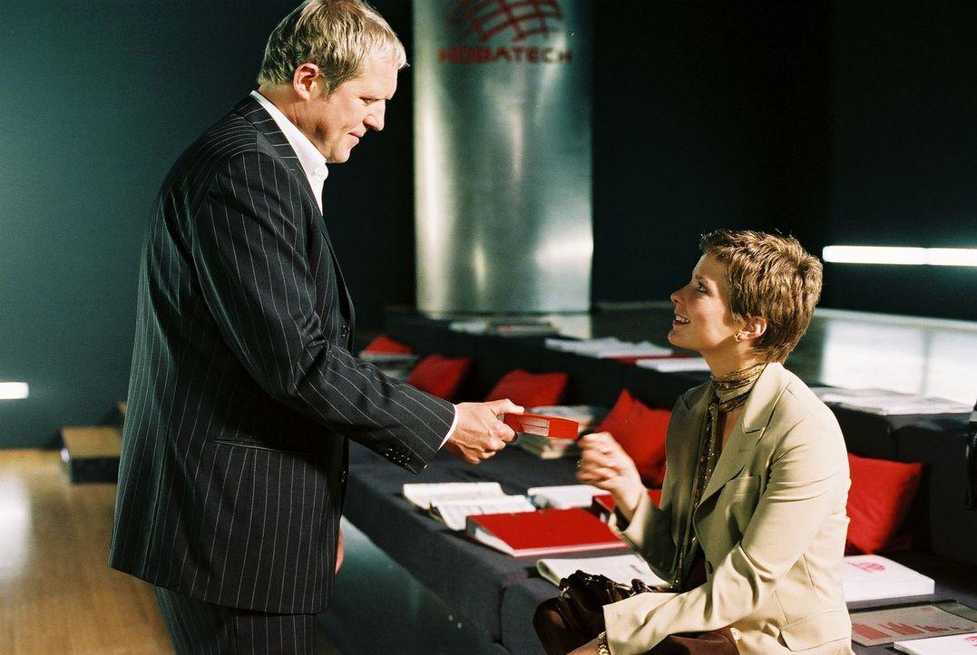 Um seine Firma vor dem drohenden Konkurs zu bewahren, kann Konzernchef Holzbauer (Harald Krassnitzer, l.) Kristina (Valerie Niehaus, r.) nicht auf d... - Bildquelle: Prosieben
