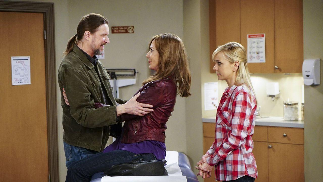 Als Bonnie (Allison Janney, M.) glaubt, Krebs zu haben, treffen sie und Steve (Don McManus, l.) eine überstürzte Entscheidung. Christy (Anna Faris,... - Bildquelle: 2015 Warner Bros. Entertainment, Inc.