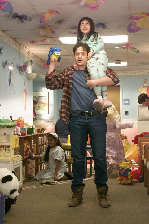 Nun ist es sicher: Dr. Cox' ehemaliger Schwager Ben (Brendan Fraser, unten) braucht eine Chemotherapie, weil er an Leukämie erkrankt ist ... - Bildquelle: Touchstone Television