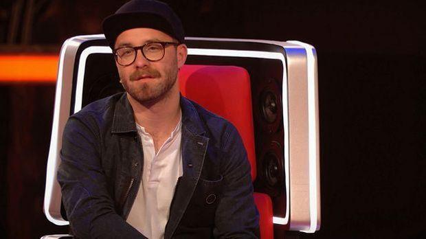 Mark sitzt auf seinem Stuhl und schaut verträumt auf die Bühne