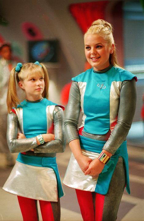 """Immer wieder muss Zenon (Kirsten Storms, r.) ihre temperamentvolle """"Mini-Me"""" Dasha (Alyson Morgan, l.) aus allerlei Gefahren retten ... - Bildquelle: The Disney Channel"""