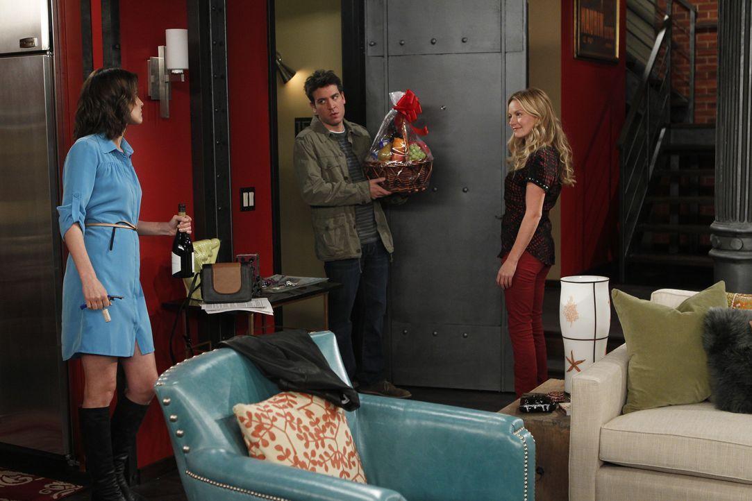 Barney und Quinn (Becki Newton, r.) wollen zusammenziehen. Und während die Freunde versuchen, dies zu verhindern, streiten sich Ted (Josh Radnor, M... - Bildquelle: 20th Century Fox International Television