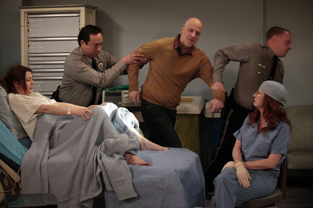 Statt Marshall erscheint Lilys (Alyson Hannigan, l.) Vater Mickey (Chris Elliot, M.) im Krankenhaus. Da er sie nicht beruhigen kann, lässt sie ihn v... - Bildquelle: 20th Century Fox International Television
