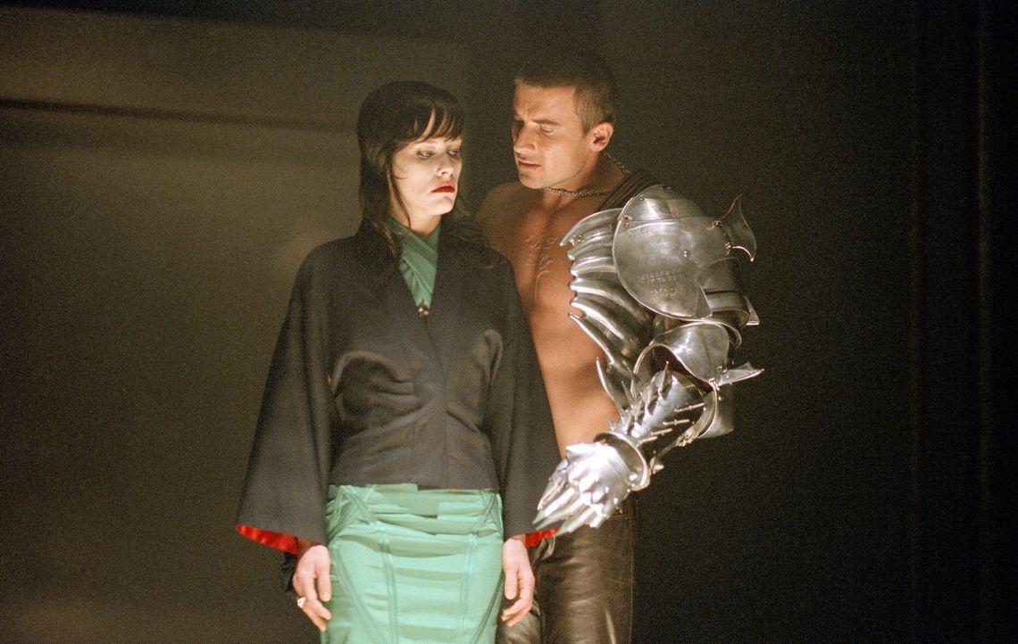 Eine Gruppe Vampirfürsten unter der Führung von Danica Talos (Parker Posey, l.) gelingt es, ihren Che, den Grafen Dracula, aus seinem Tempelgrab z... - Bildquelle: New Line Cinema