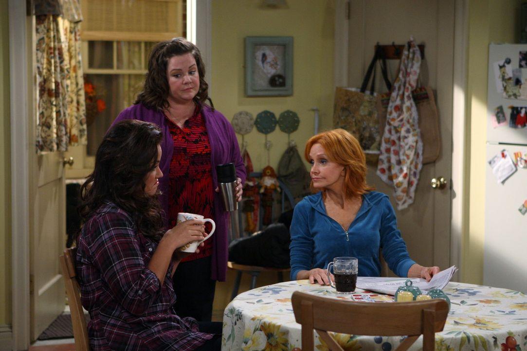 Bereiten sich auf Thanksgiving vor: Victoria (Katy Mixon, l.), Molly (Melissa McCarthy, M.) und Joyce (Swoosie Kurtz, r.) ... - Bildquelle: Warner Brothers