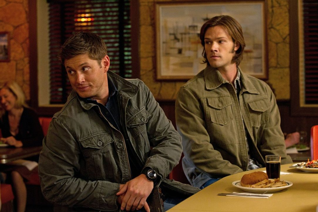 Da zwei Leviathane Sam (Jared Padalecki, r.) und Dean (Jensen Ackles, l.) klonen und Amok laufen, sind die beiden auf der Fahndungsliste des FBI ... - Bildquelle: Warner Bros. Television