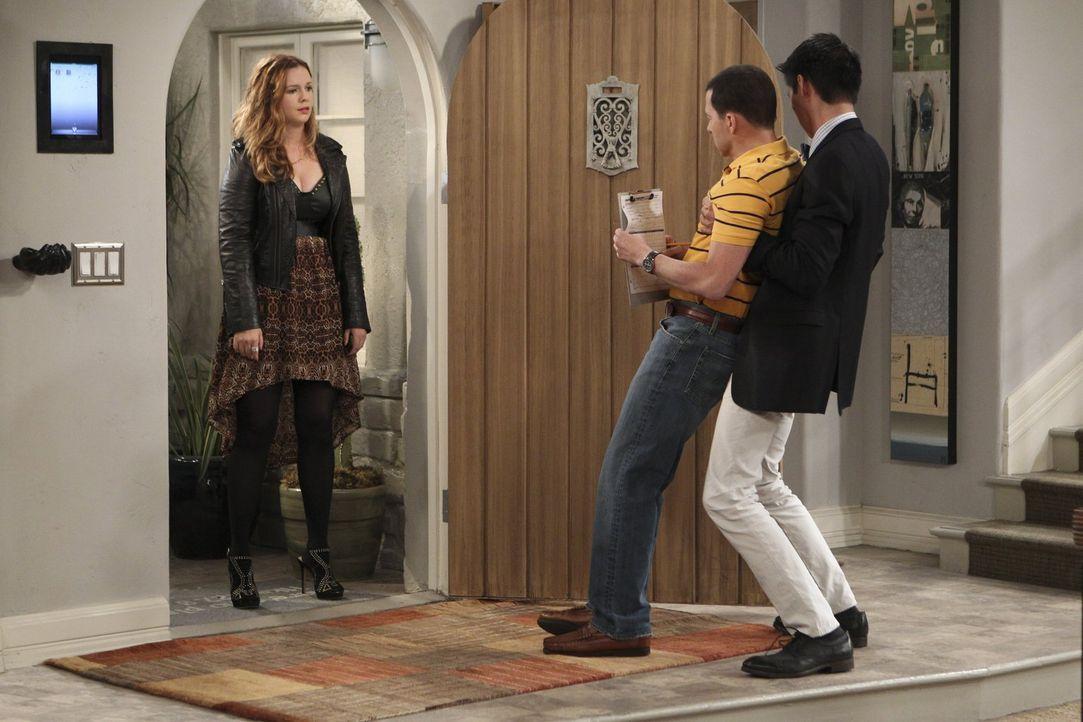 Alan (Jon Cryer, M.) ist auf der Suche nach einem Assistenten für sich. Als plötzlich Charlies 25-jährige Tochter Jenny (Amber Tamblyn, l.) vor der... - Bildquelle: Warner Brothers