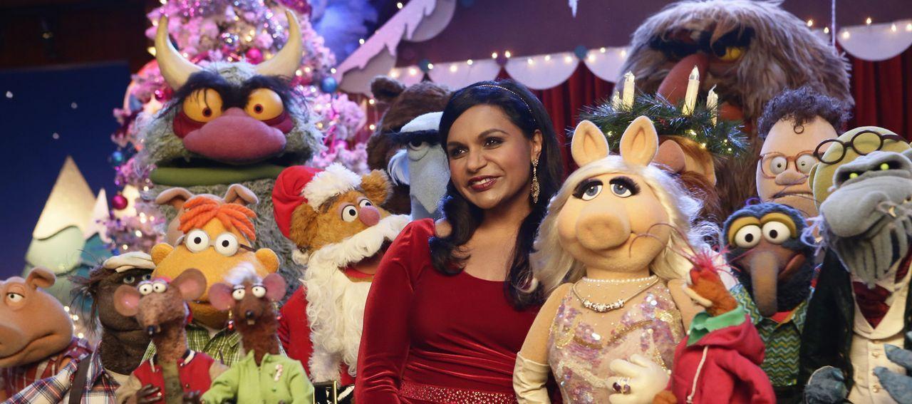 """Für die Sonderausgabe von """"Up Late with Miss Piggy"""" zur Weihnachtszeit ist Mindy Kaling (M.) zu Gast, während die Vorbereitungen für die Show aufgru... - Bildquelle: Nicole Wilder ABC Studios"""