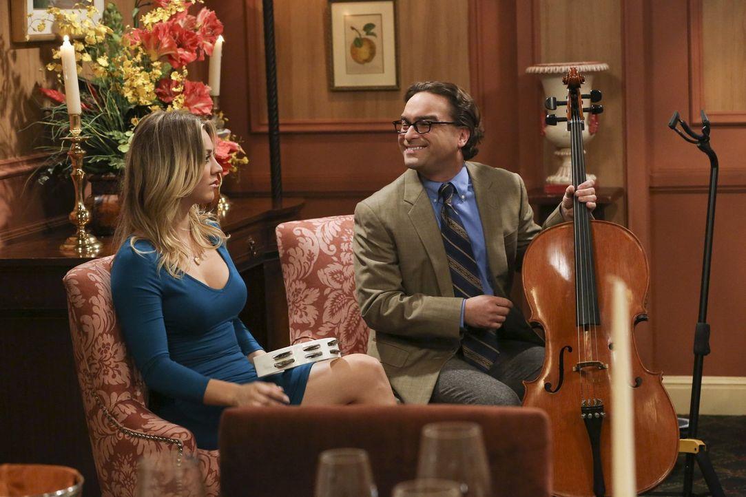 Eine romantische Geste zwischen Howard und Bernadette führt dazu, dass Penny (Kaley Cuoco, l.) sich mehr Mühe mit Leonard (Johnny Galecki, r.) gibt... - Bildquelle: Warner Brothers Entertainment Inc.