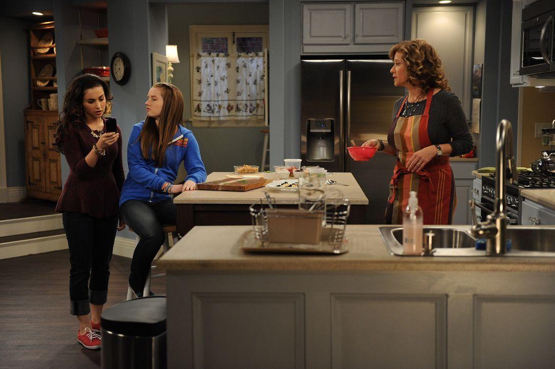 Während sich Vanessa (Nancy Travis, r.) um das Abendessen kümmert, enteckt Eve (Kaitlyn Dever, M.), dass der Freund ihrer Schwester Mandy (Molly Eph... - Bildquelle: 2011 Twentieth Century Fox Film Corporation