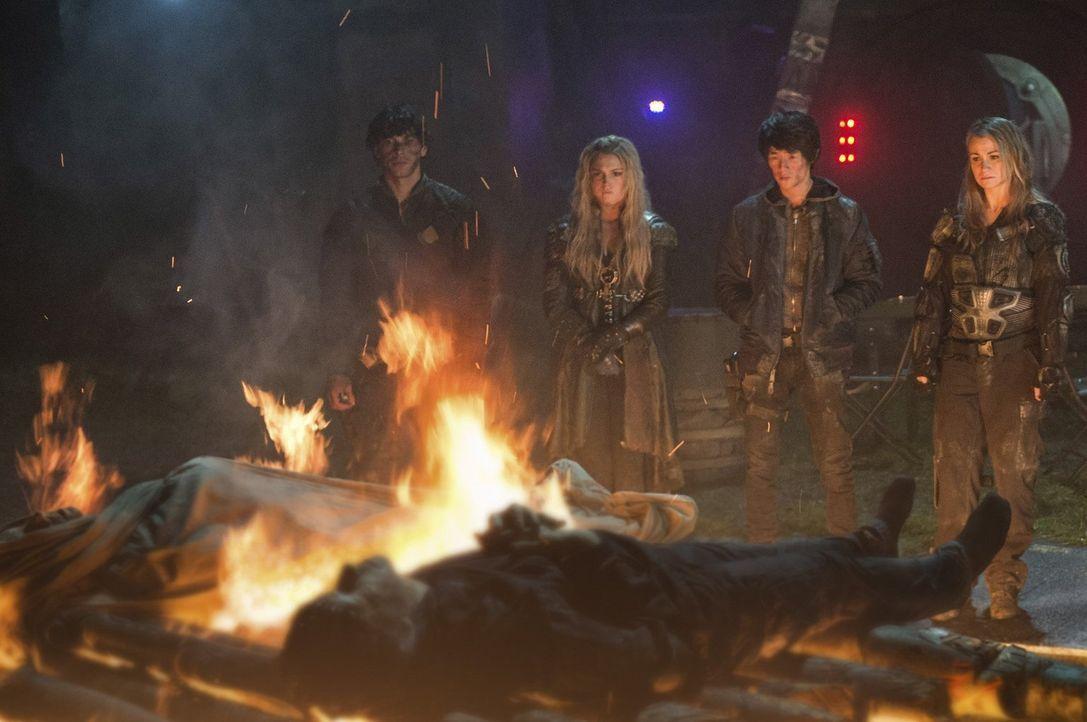 Bellamy (Bob Morley, l.), Clarke (Eliza Taylor, 2.v.l.), Monty (Christopher Larkin, 2.v.r.) und Harper (Chelsey Reist, r.) wissen, dass sie schnells... - Bildquelle: 2014 Warner Brothers