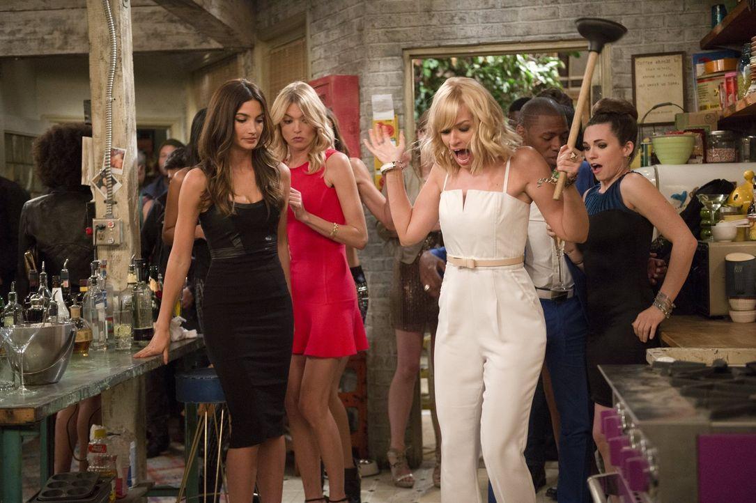 Auch als Lily Aldridge (Lily Aldridge, l.) und Martha Hunt (Martha Hunt, 2.v.l.) mit ihren Model-Freundinnen zu Besuch kommen, geht bei Caroline (Be... - Bildquelle: Warner Bros. Television